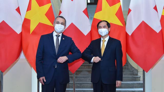 Phó Tổng thống, Bộ trưởng Ngoại giao Thụy Sỹ Ignazio Cassis (trái) trong buổi hội đàm ngày 5/8 với Bộ trưởng Ngoại giao Bùi Thanh Sơn. Ảnh: Bộ Ngoại giao.