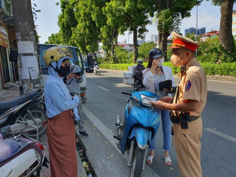 Công an TP Hà Nội xử phạt các trường hợp vi phạm giãn cách xã hội