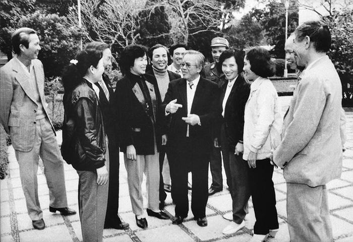 Chủ tịch Quốc hội Lê Quang Đạo gặp gỡ các đại biểu Quốc hội tại Kỳ họp thứ 11 Quốc hội khóa VIII - ẢNH TƯ LIỆU