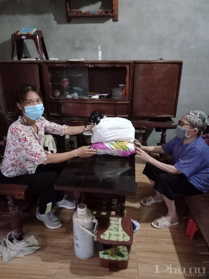 Các cơ sở Hội PN còn tặng quà hỗ trợ các gia đình khó khăn trên địa bàn