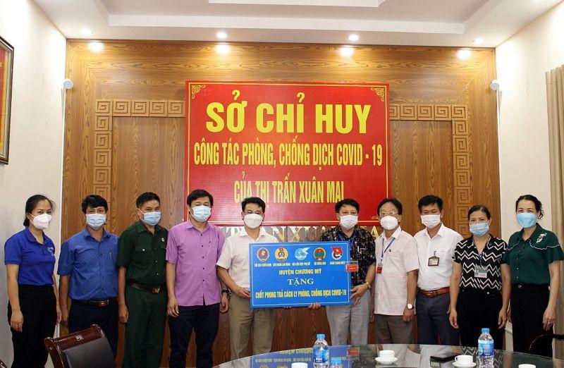 Hội LHPN huyện phối hợp với ban ngành, đoàn thể tặng quà cho các đơn vị trực chốt