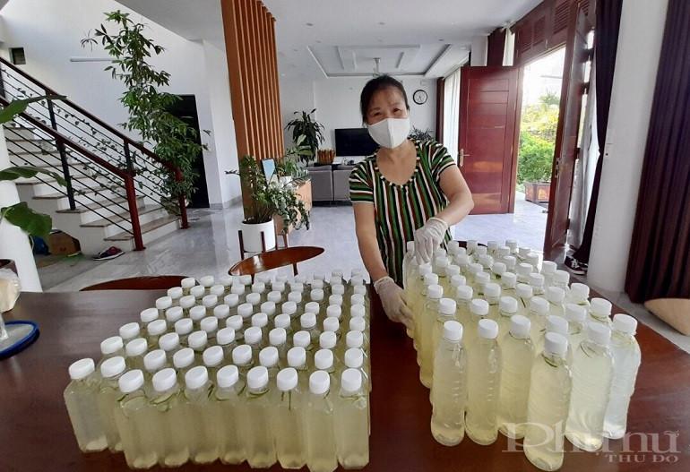 Chị em hội viên phụ nữ còn tích cực tham gia pha đồ uống để phục vụ hỗ trợ các chốt kiểm soát