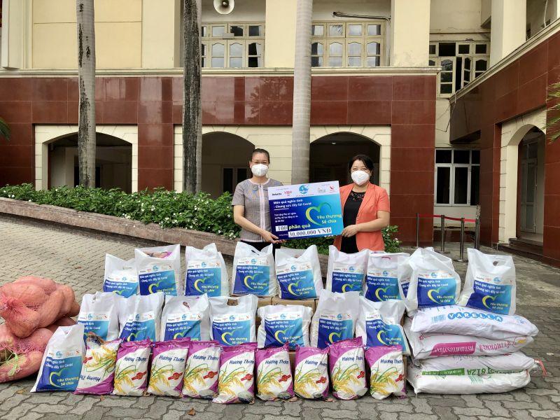 Phó Chủ tịch Thường trực Hội LHPN Hà Nội Nguyễn Thị Thu Thủy (bên phải) trao tặng 100 suất quà hỗ trợ hội viên khó khăn thuộc Hội LHPN quận Thanh Xuân