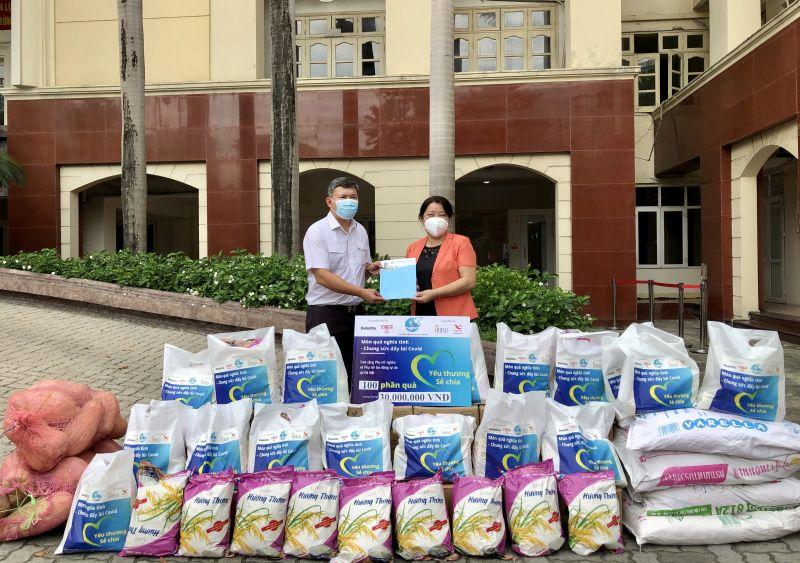 Đồng chí Lê Hồng Thắng, Phó Chủ tịch UBND quận Thanh Xuân (bên trái) nhận thư khuyến nghị từ đồng chí Nguyễn Thị Thu Thủy
