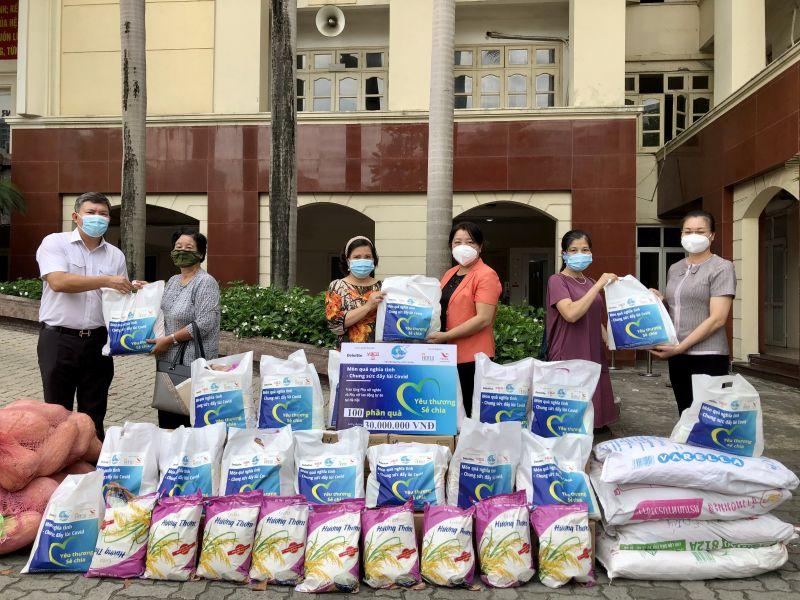 Để chấp hành nghiêm quy định giãn cách, Hội LHPN các phường cử đại diện nhận quà tặng hỗ trợ của Hội LHPN Hà Nội