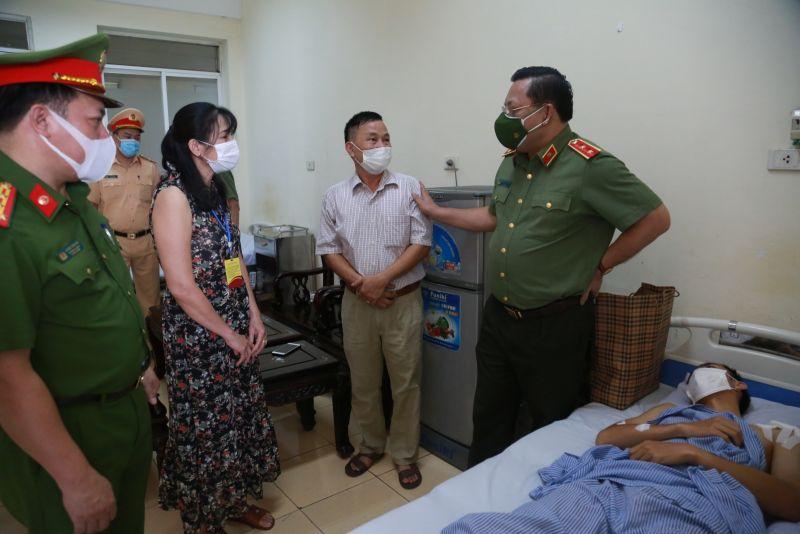Trung tướng Nguyễn Hải Trung, Giám đốc Công an TP Hà Nội động viên gia đình Thượng úy Nguyễn Duy Khánh.