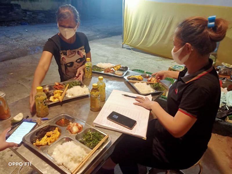 Cán bộ, hội viên Hội LHPN xã Thuỵ Hương nấu cơm cho đội ngũ trực chống dịch