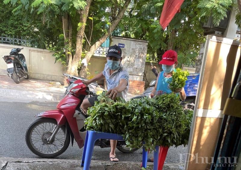 Người dân đến lấy rau tại các điểm tặng rau miễn phí.