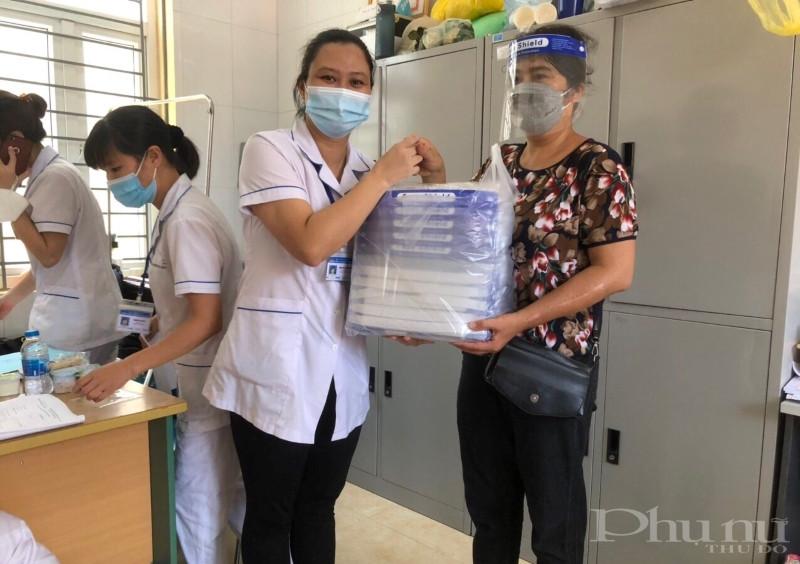 Hội viên phụ nữ quận Hoàng Mai tặng suất ăn cho các y bác sĩ làm công tác tiêm chủng vắc-xin ngừa Covid-19 trên địa bàn.