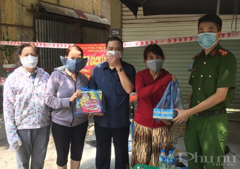 Ngoài tặng rau, chị em phụ nữ quận Hoàng mai còn tham gia tặng quà, thực phẩm hỗ trợ cán bộ, chiến sĩ tại các chốt trực.