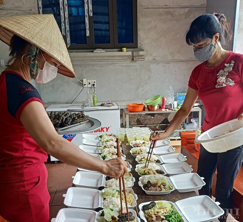 Phụ nữ tham gia nấu cơm phục phụ  các chốt kiểm soát