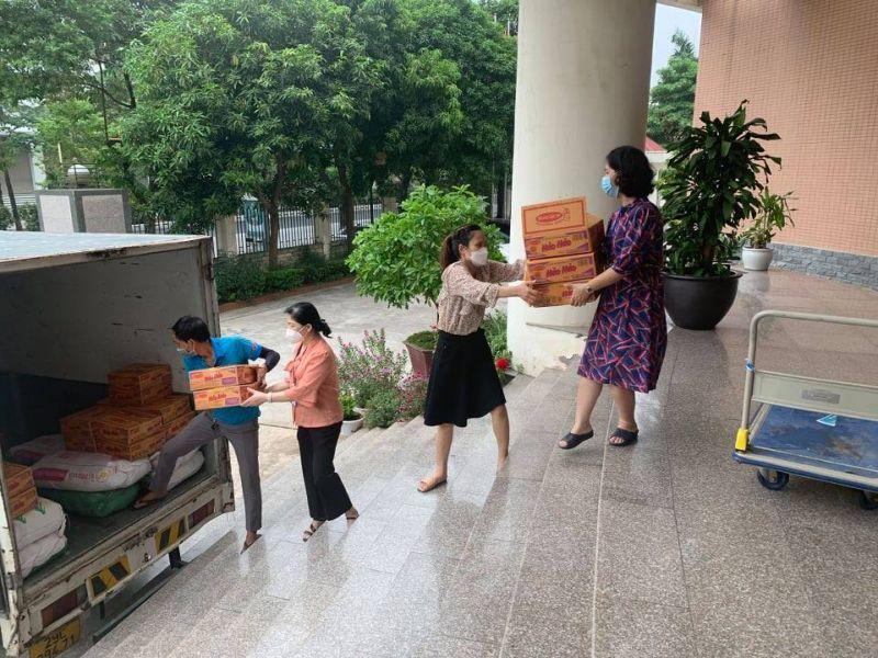 Các nhu yếu phẩm, trong đó có sản phẩm Mỳ ăn liền Hảo Hảo được gửi tặng bởi Công ty cổ phần Acecook được chuyển tới huyện Phúc Thọ, Mê Linh để trao tặng phụ nữ dễ bị tổn thương gặp khó khăn do dịch Covid-19