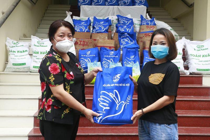 Đồng chí Nguyễn Thị Thu Thủy, Phó Chủ tịch Thường trực Hội LHPN Hà Nội tặng quà đại diện phụ nữ khó khăn tại quận Hai Bà Trưng. Hoạt động này của Hội nhận được sự đồng hành của nhiều đơn vị, doanh nghiệp thông qua việc hỗ trợ nhu yếu phẩm, sản phẩm