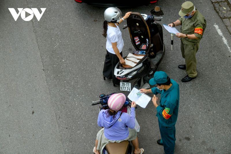 Ghi nhận của phóng viên VOV.VN trong sáng 9/8, hàng loạt các chốt kiểm soát dịch của Thủ đô Hà Nội, lực lượng chức năng đã siết chặt kiểm tra, nhắc nhở và cương quyết xử phạt nhiều trường hợp vi phạm nhất là về quy định giấy đi đường.