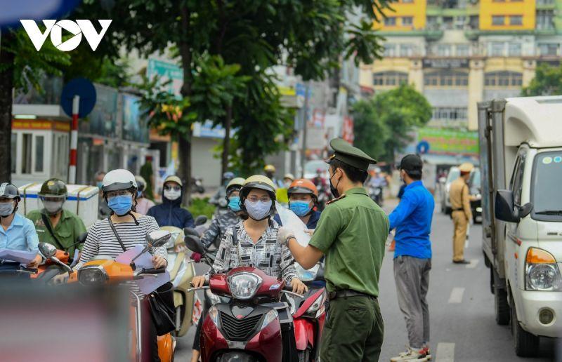 Chiều tối 8/8, UBND TP Hà Nội phát đi văn bản về việc siết chặt việc cấp và sử dụng Giấy đi đường trong thời gian giãn cách xã hội theo Công điện số 18/CĐ-UBND ngày 06/8/2021 của Chủ tịch UBND Thành phố.