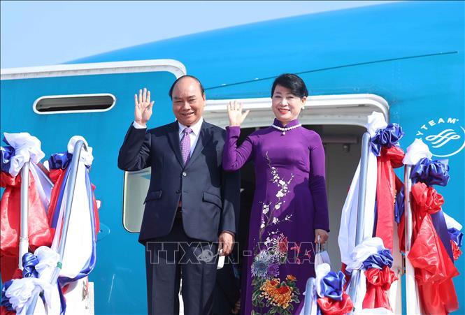 Chủ tịch nước Nguyễn Xuân Phúc và Phu nhân tại Sân bay quốc tế Wattay, Thủ đô Vientiane. Ảnh: Thống Nhất/TTXVN