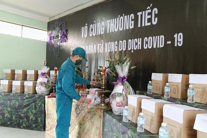 Tro cốt người mất vì dịch COVID-19 được đưa về Nhà tang lễ TP Hồ Chí Minh (quận Bình Tân) để Ban chỉ huy quân sự 21 quận, huyện và TP Thủ Đức đến tiếp nhận và bàn giao cho các gia đình. (Ảnh: Phạm Nguyễn)