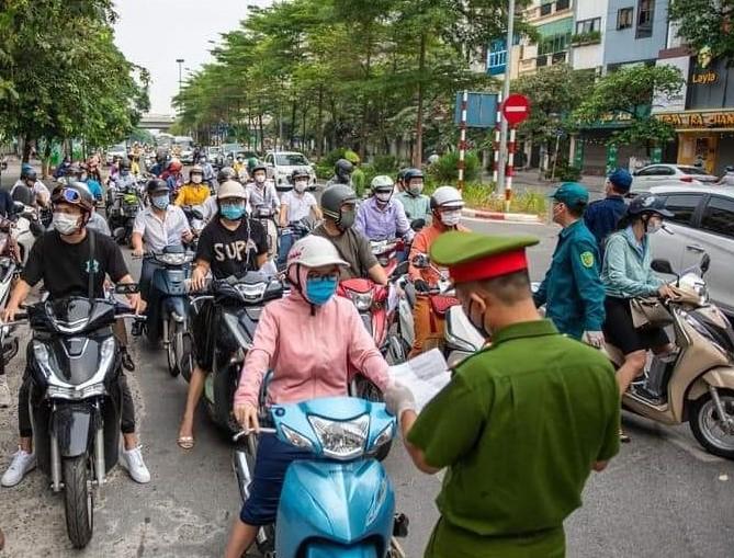 Lực lượng chức năng kiểm tra giấy đi đường của người dân. (Ảnh minh họa)