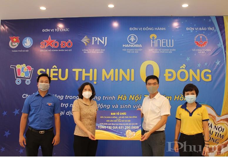Đồng chí  Lê Kim Anh - Chủ tịch Hội LHPN Hà Nội tiếp nhận