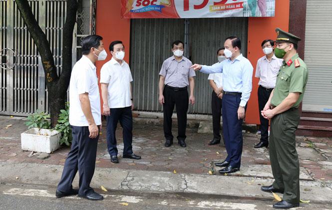 Đoàn công tác kiểm tra khu vực đang bị phong tỏa tại đường Trần Phú (thị trấn Thường Tín).
