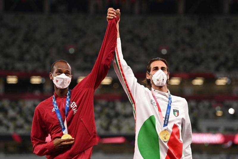 VĐV Gianmarco Tamberi và Mutaz Barshim cùng chia sẻ HCV thay vì quyết đấu phân định thắng thua