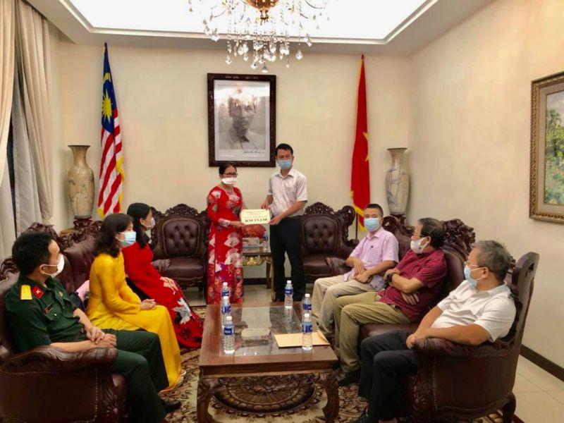 Chị Trần Thị Chang và đại diện Hội Phụ nữ Việt Nam tại Malaysia ủng hộ Quỹ Vắc-xin phòng, chống Covid-19 tại Việt Nam thông qua Đại sứ quán Việt Nam tại Malaysia