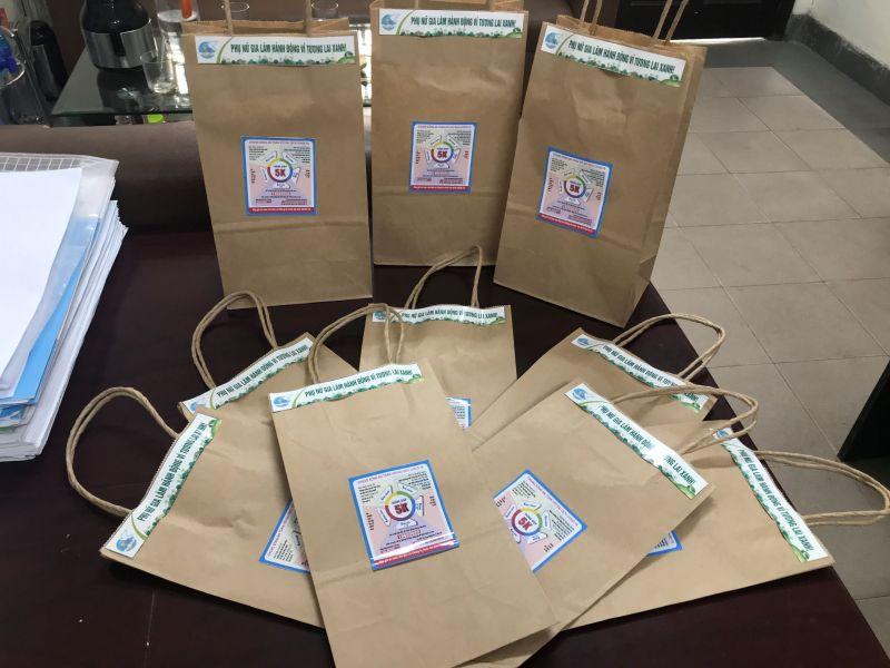 Hội LHPN huyện Gia Lâm đã có sáng kiến làm túi giấy thân thiện và tuyên truyền thực hiện nghiêm khuyến cáo 5K của Bộ Y tế