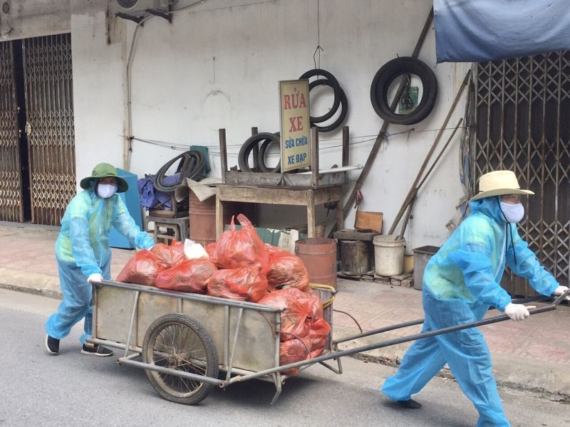 Ảnh: Không quản nắng mưa, cán bộ, hội viên phụ nữ thị trấn Phùng đều kéo những chiếc xe cải tiến chất đầy hàng hóa để giao đến từng nhà