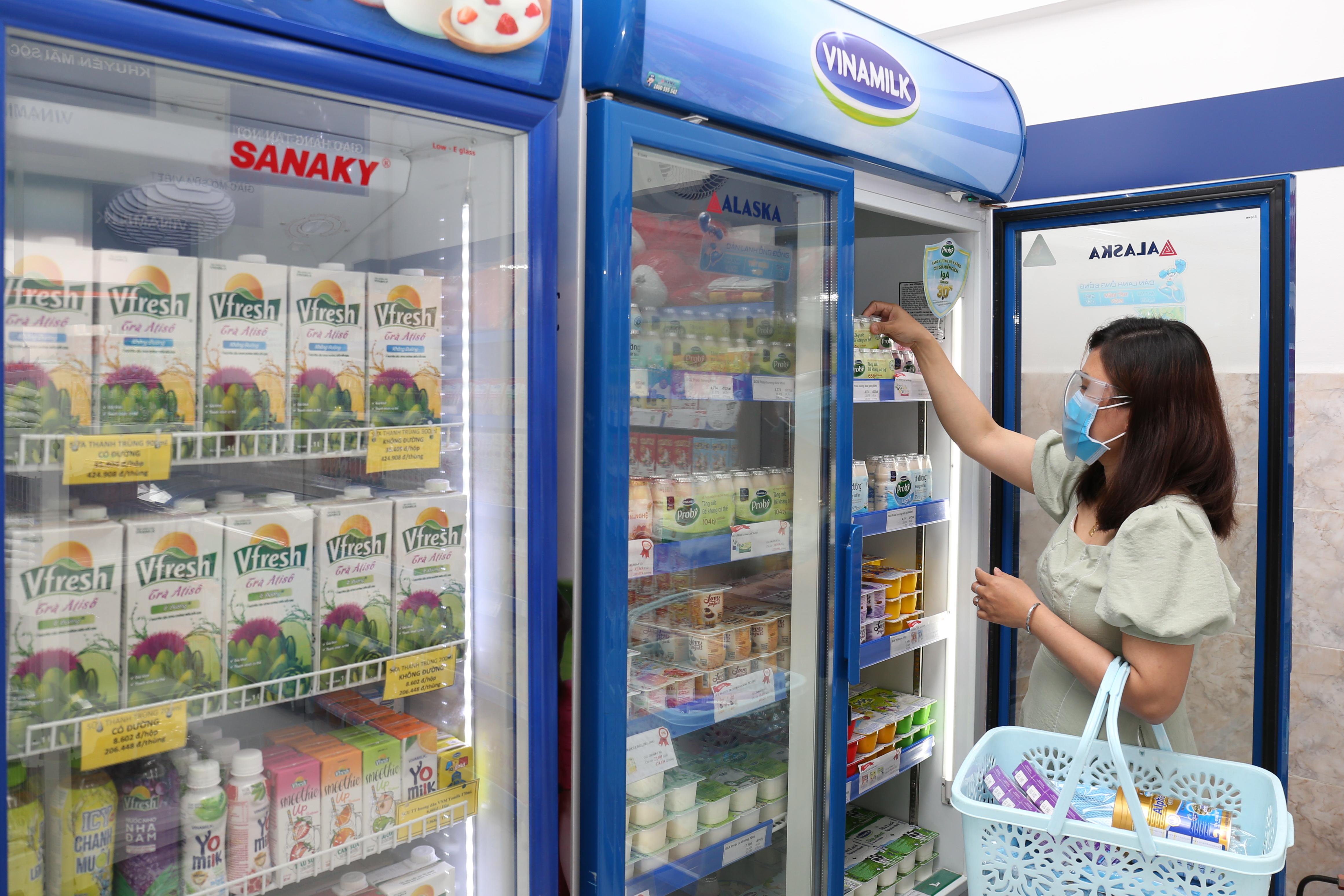 Với hệ thống 500 cửa hàng chính thức và gần 250.000 điểm bán trên toàn quốc - tại bất cứ đâu người tiêu dùng đều có thể mua được các sản phẩm Vinamilk mình yêu thích (Hình tư liệu)