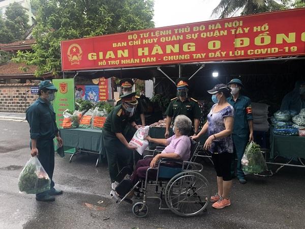 Gian hàng 0 đồng hỗ trợ cho các hoàn cảnh khó khăn của phường Yên Phụ. Ảnh: Minh Anh