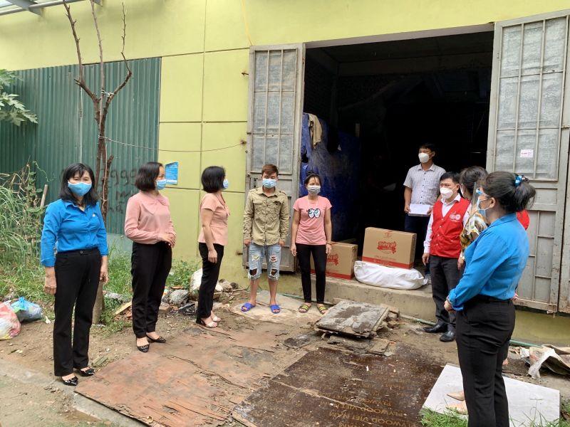 bên cạnh công tác phòng, chống dịch bệnh, Hội LHPN quận Hà Đông đã tích cực triển khai  các hoạt động xã hội hóa, hỗ trợ kịp thời cho cán bộ, hội viên phụ nữ và nhân dân có hoàn cảnh khó khăn
