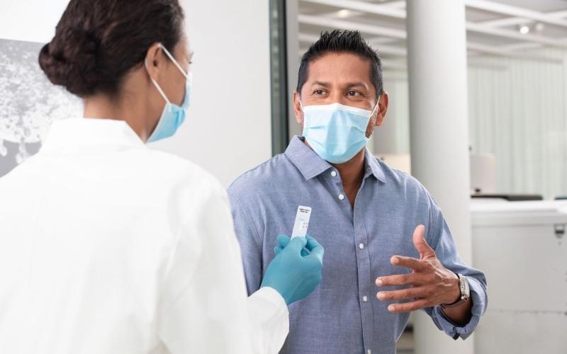 Bệnh nhân đang nhận kết quả SARS-CoV-2 Rapid Antigen Test (Xét nghiệm nhanh kháng nguyên).