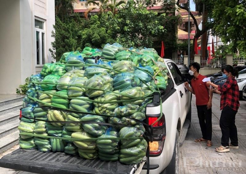 Các túi rau, quả được cán bộ Hội LHPN quận Tây Hồ vận chuyển tới tận khu chung cư phục vụ người dân.
