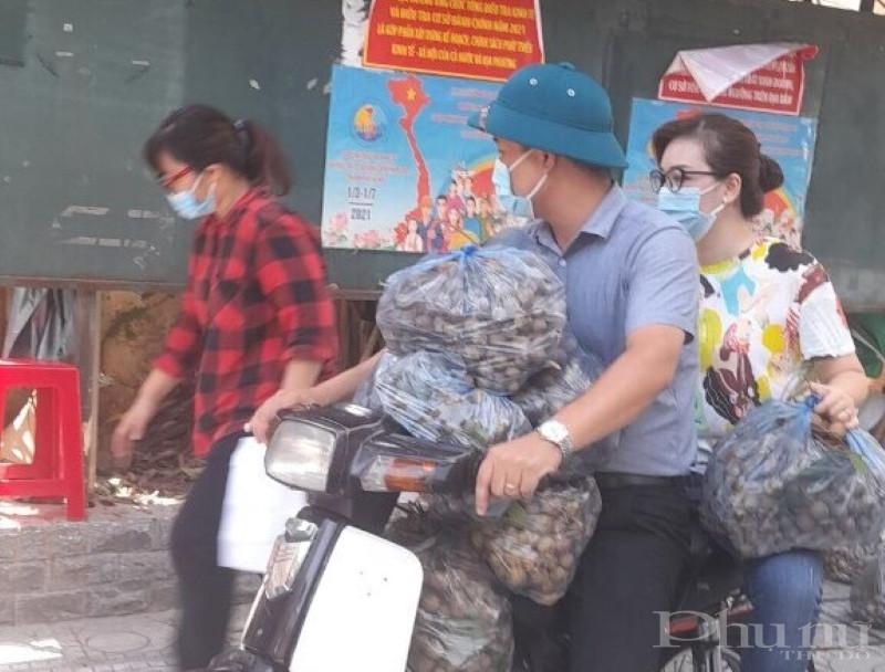 Vận chuyển xe máy giao nông sản tới tận tay người dân đang thực hiện giãn cách.