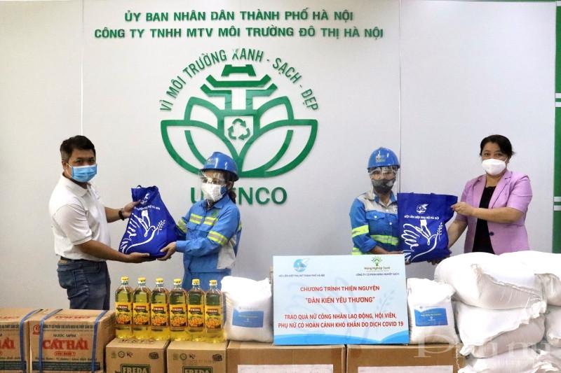 Đồng chí Nguyễn Thị Thu Thủy - Phó Chủ tịch Thường trực Hội LHPN Hà Nội và đại diện công ty cổ phần Nông sản sạch trao quà cho nữ công nhân Công ty TNHH MTV Môi trường đô thị Hà Nội.