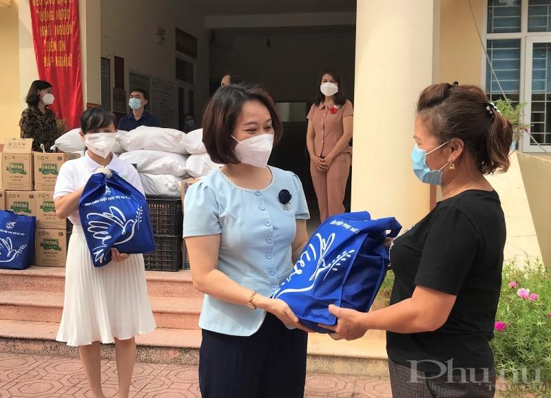 Đồng chí Phạm Thị Thanh Hương trao quà cho hội viên nữ có hoàn cảnh khó khăn tại xã Ngọc Hồi, huyện Thanh Trì.