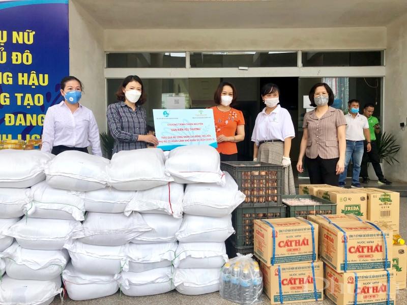 Những suất quà thiết thực được Hội LHPN Hà Nội trao cho Hội LHPN quận Long Biên để chuyển đến cán bộ, hội viên phụ nữ khó khăn.