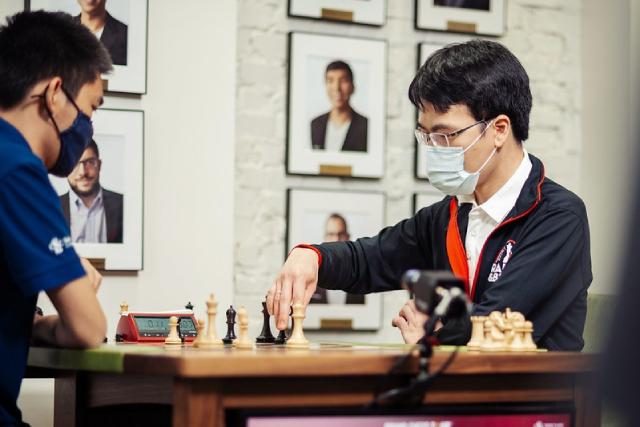 Lê Quang Liêm (phải) đoạt hạng 5 chung cuộc giải cờ vua Saint Louis 2021.