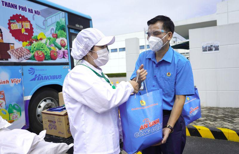 Phó Chủ tịch Liên đoàn Lao động thành phố Hà Nội Lê Đình Hùng trao tặng
