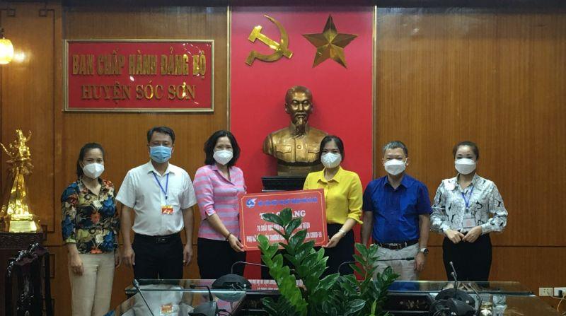Đồng chí Lê Kim Anh - Chủ tịch Hội LHPN Hà Nội tặng 70 suất quà hỗ trợ phụ nữ khó khăn tại huyện Sóc Sơn