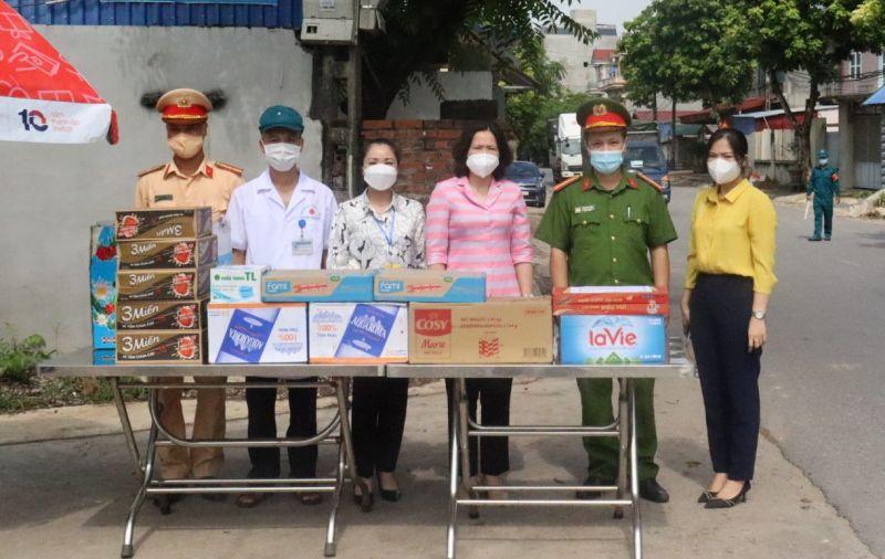 Đoàn công tác của Hội LHPN Hà Nội tặng quà lực lượng phòng dịch tại điểm chốt kiểm soát của huyện Sóc Sơn