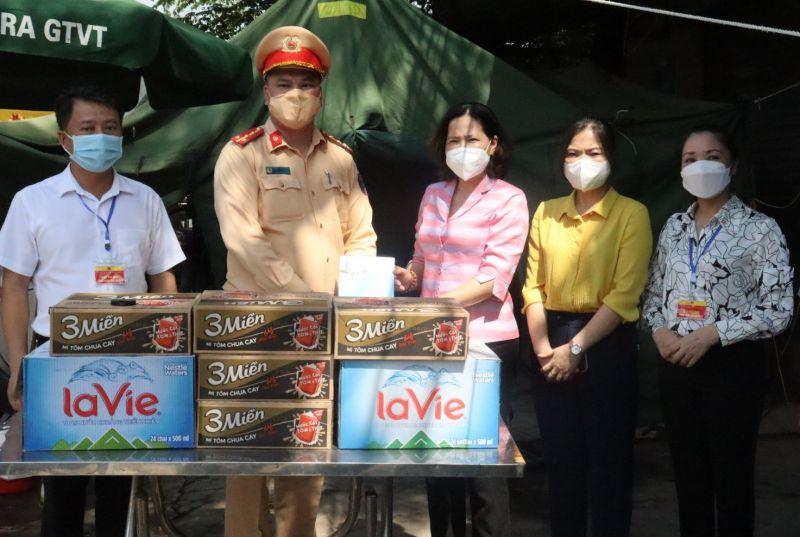 Chủ tịch Hội LHPN Hà Nội Lê Kim Anh tặng tổ công tác tại điểm chốt trực phòng dịch của thành phố tại cầu Đa Phúc, xã Trung Giã số tiền 5 triệu đồng