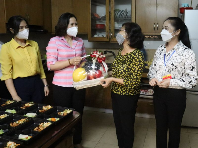 Lãnh đạo Hội LHPN Hà Nội, Ủy ban Mặt trận Tổ quốc huyện Sóc Sơn và Hội LHPN huyện thăm bếp ăn tình nguyện của gia đình bà Hoàng Thị Thu Hà