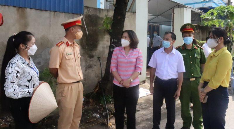 Đoàn công tác trò chuyện, động viên lực lượng phòng dịch tại điểm chốt kiểm soát dịch của huyện
