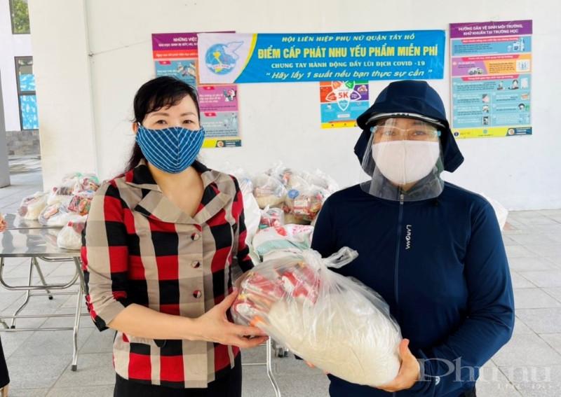 Chị Bùi Thị Thúy - Chủ tịch Hội LHPN quận Tây Hồ trao tận tay những phần quà nhu yếu phẩm tới nữ lao động khó khăn trên địa bàn.