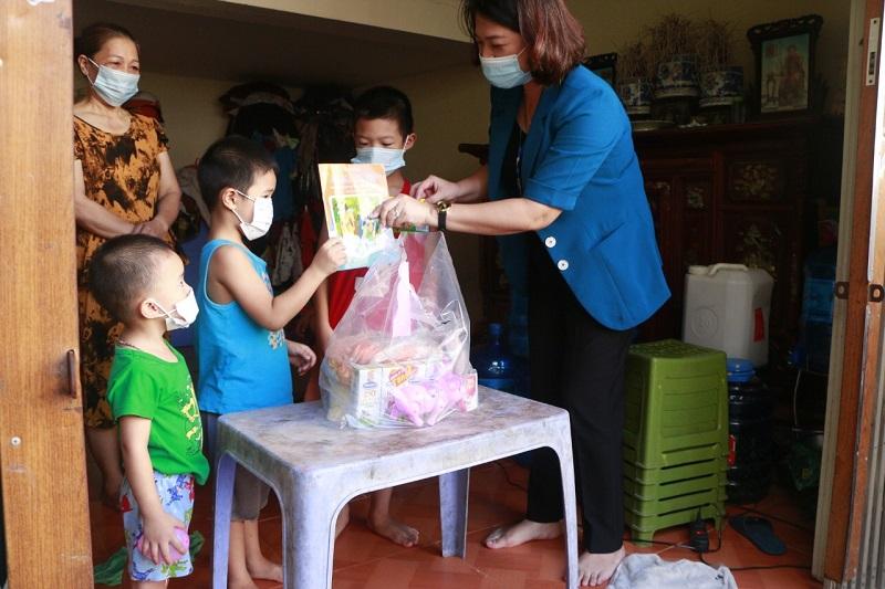 Đồng chí Nguyễn Thị Minh Nguyệt, Bí thư Đảng ủy phường Mỹ Đình 1 thăm, tặng quà các bé tại đại diện 1 gia đình trên địa bàn