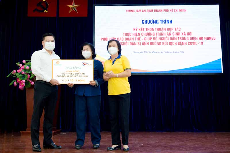 Ông Nguyễn Đình Trung trao biểu trưng 10 tỷ đồng cho bà Vũ Kim Hạnh - Chủ tịch Hội Doanh nghiệp Hàng Việt Nam chất lượng cao, đại diện ban tổ chức chương trình