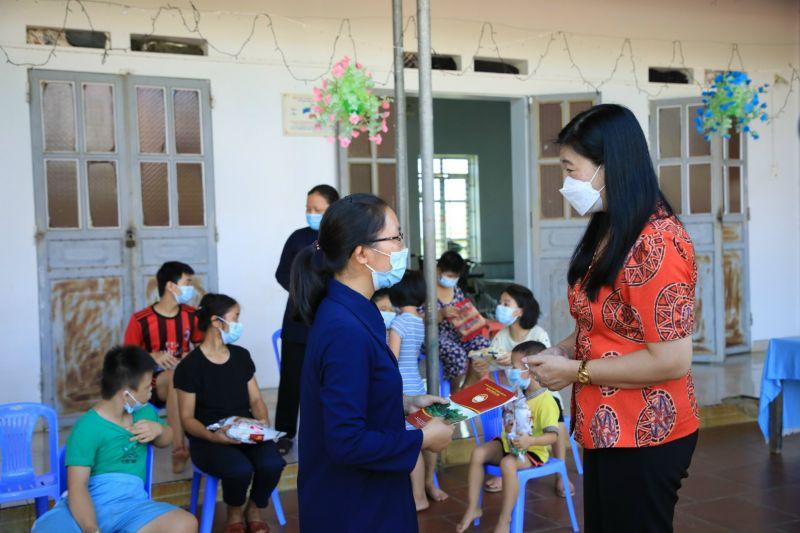 Chủ tịch mặt trận thành phố chúc các Sơ và các em nhỏ có nhiều sức khoẻ, bình an cùng nhau vượt qua đại dịch