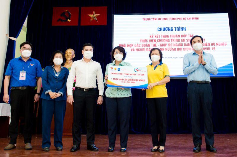 Ông Nguyễn Đình Trung - Chủ tịch Tập đoàn Hưng Thịnh (thứ ba từ trái qua) cùng đại diện ban tổ chức chương trình