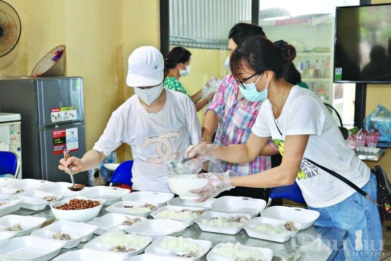"""""""Bếp ăn đoàn kết"""" của Hội LHPN xã Trung Mầu nấu những suất cơm đủ chất dinh dưỡng cho các cán bộ trực chốt. (Ảnh: Hội LHPN huyện cung cấp)"""